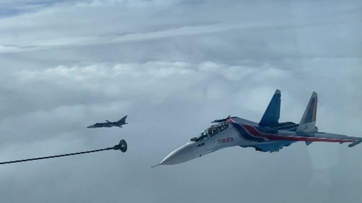 Истребители и бомбардировщик ВКС отработали полеты с дозаправкой в воздухе