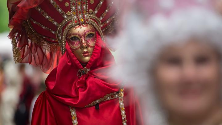 Без туристов денег нет: Венецианский карнавал ушел в онлайн