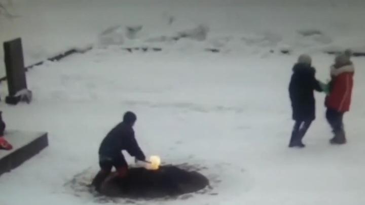 Полиция разыскивает забросавших снегом Вечный огонь в Санкт-Петербурге
