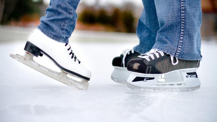 Отметить День всех влюбленных стоит на природе, катаясь на лыжах или коньках