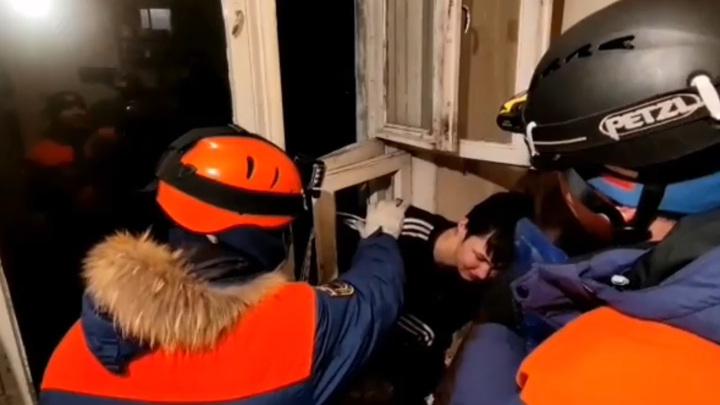 Начинающий домушник застрял в форточке в Магадане