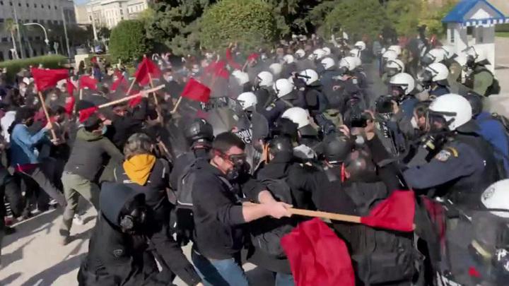 Греческая полиция применила газ и водомет к демонстрантам