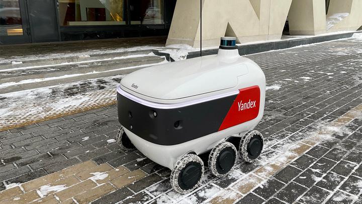 """Робот-курьер """"Яндекса"""" начал доставлять еду на дом"""