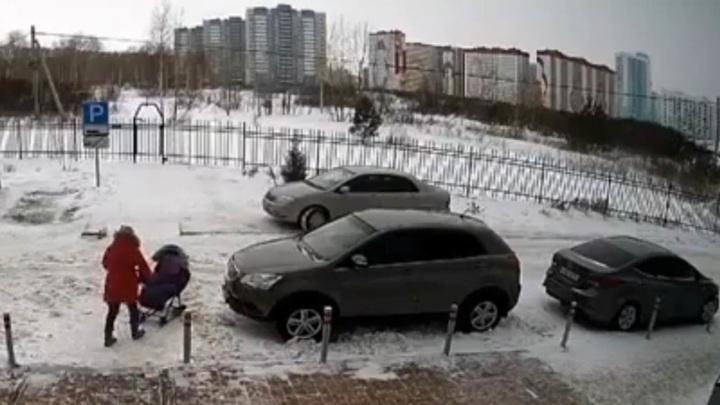 Водитель сбил женщину с коляской после замечания о парковке