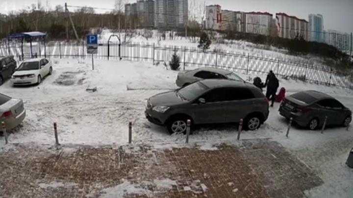 Неправильная парковка: новосибирский водитель наехал на женщину с коляской