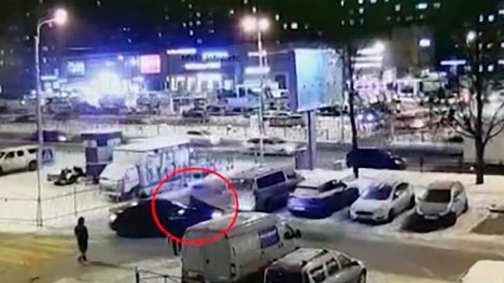 В Петербурге задержали мужчину, прокатившего полицейского на капоте