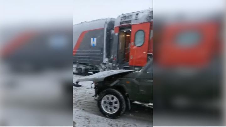 ВЮжно-Сахалинске поезд зацепил на переезде внедорожник