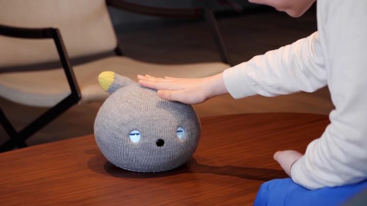 Японский робокот пукает и виляет хвостом, чтобы подбодрить владельца