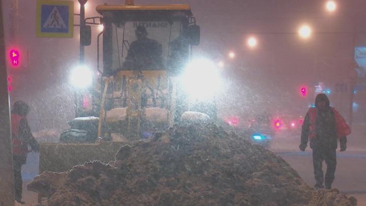 В Омске коммунальщики устраняют последствия снегопада