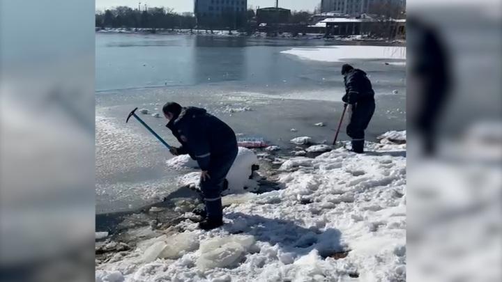 Предупреждая ЧП: краснодарские спасатели вручную разбивают лед на озерах