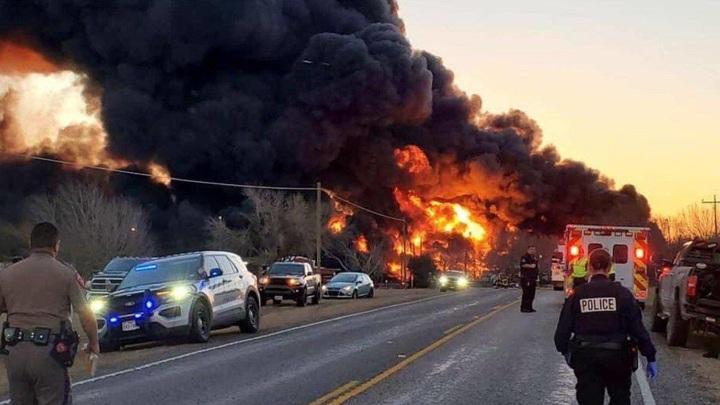 В Техасе горит поезд после столкновения с 18-колесной фурой