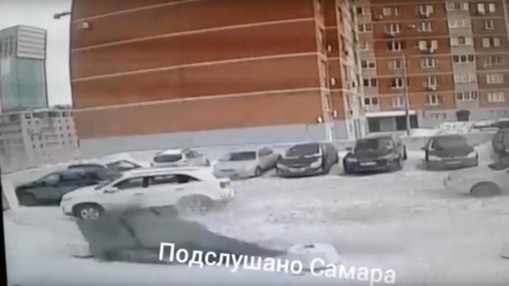 В Самаре упал с крыши огромный кусок рубероида на парковку
