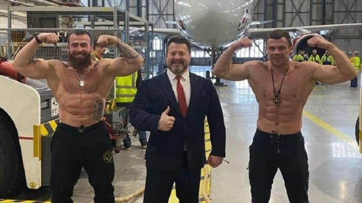 Два мировых рекорда: уроженец Владивостока протащил на себе 40-тонный самолет