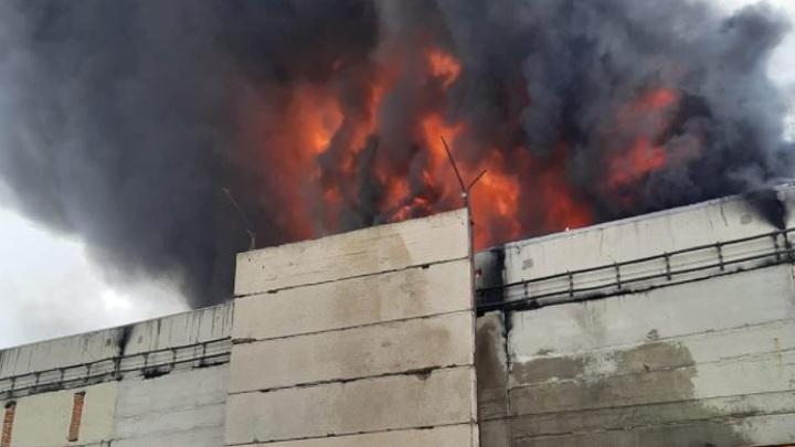 Площадь пожара на заводе полимерной пленки в Шахтах увеличилась до 900 кв. метров