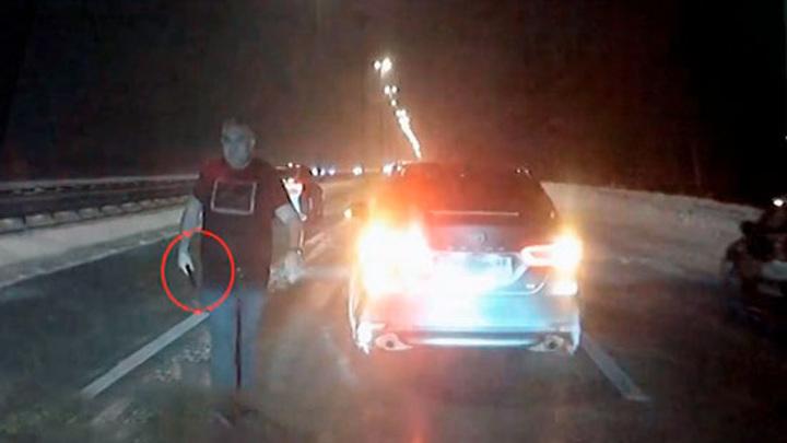 Машину с детьми в салоне обстреляли на шоссе под Петербургом