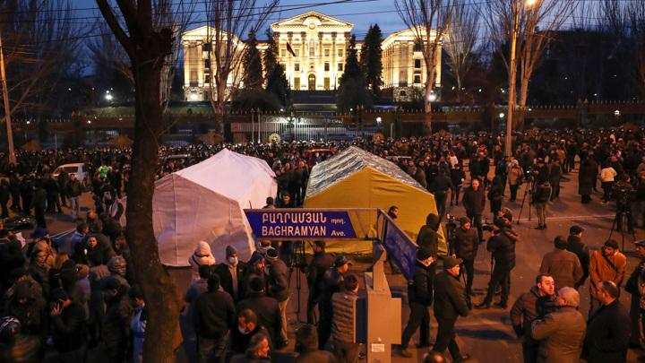 Оппозиция остается у стен парламента, ожидая отставки Пашиняна