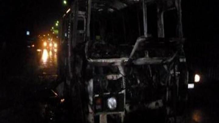 На трассе в Красноярском крае на ходу загорелся автобус с вахтовиками