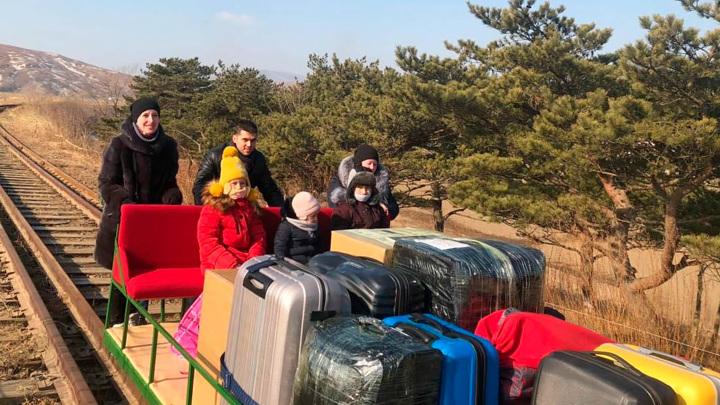 Дрезиной, поездом, самолетом: дипломатам очень хотелось домой