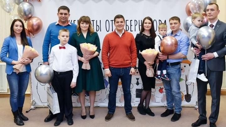 Губернатор Ямала вручил молодым семьям жилищные сертификаты