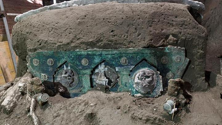 Итальянские археологи обнаружили в Помпеях полностью сохранившуюся колесницу