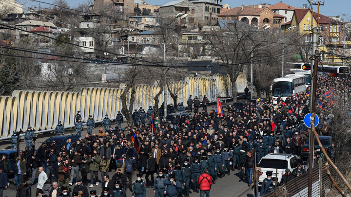 Около 8 тыс. человек участвуют в митинге у здания парламента в Ереване