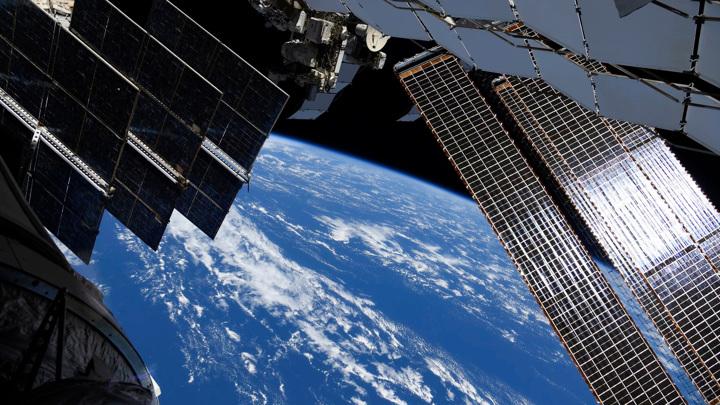 Рыжиков обследовал трещину на МКС вместе с американкой Уолкер