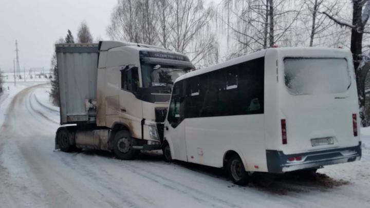Крупное ДТП на Южном Урале: 9 пострадавших, среди них 4 детей