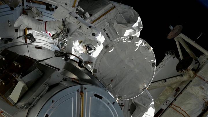 Космонавты закрыли все трещины на МКС