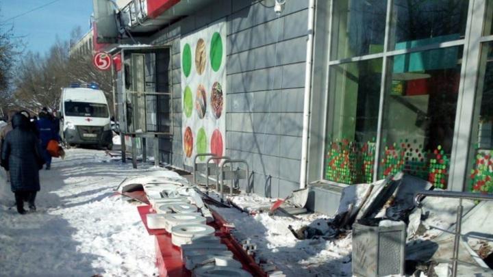 Вывеска магазина рухнула напенсионерку в Нижнем Новгороде