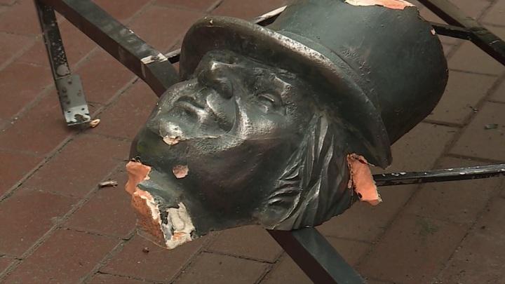 Трубочист без головы: в Петербурге разрушается арт-объект на Большой Московской