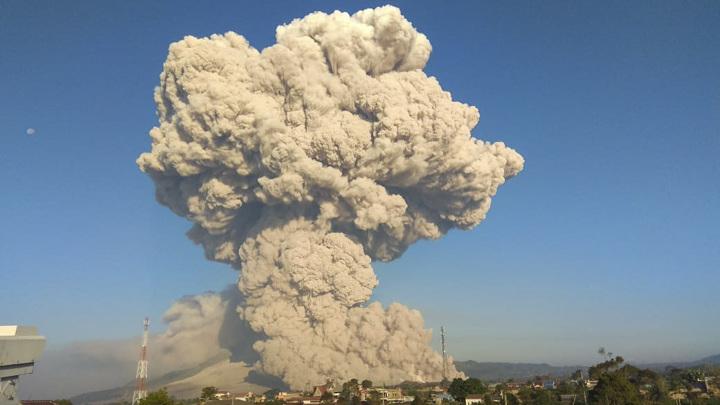 Вулкан Синабунг накрыл Суматру пепельным облаком