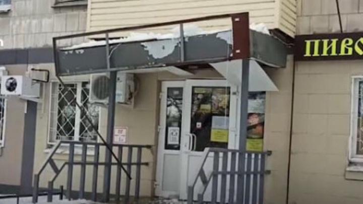 В Нижнем Новгороде обрушился козырек магазина, чудом не пострадал дворник