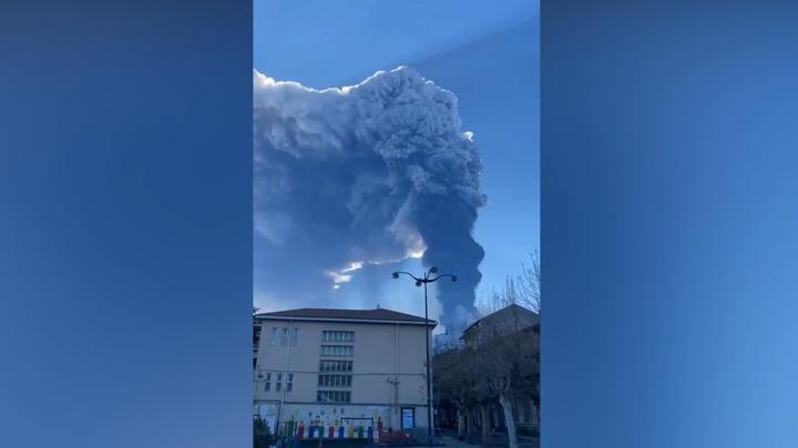 Этна засыпает итальянскую Катанию пеплом и камнями