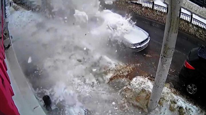 Снежная лавина в центре Костромы: машины разбиты, женщина жива