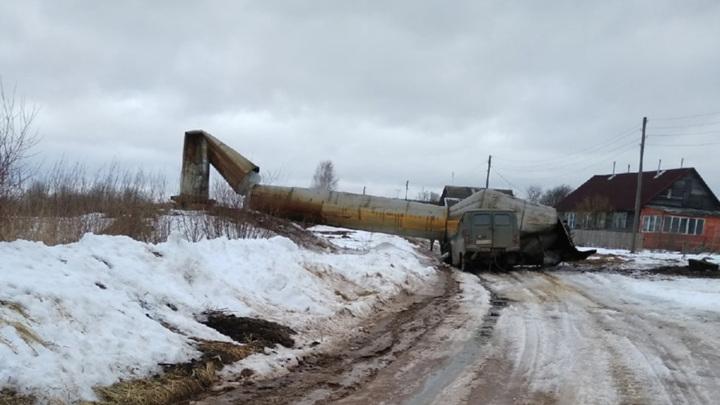 В Тверской области рухнувшая водонапорная башня раздавила машину. Видео