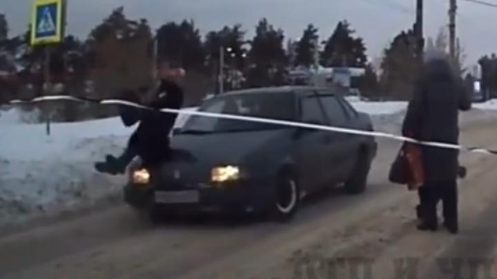 В Дзержинске женщина попала под колеса иномарки