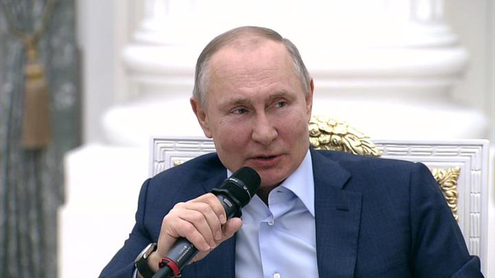 Путин: во время пандемии особенно порадовала работа волонтеров и помощь бизнеса