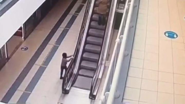 Ребенок получил тяжелейшие травмы, упав с эскалатора в московском ТЦ