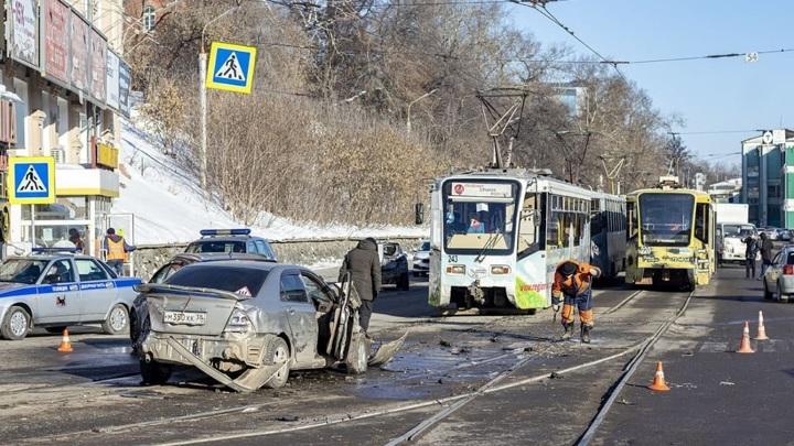 В Иркутске трамвай без тормозов протаранил девять автомобилей