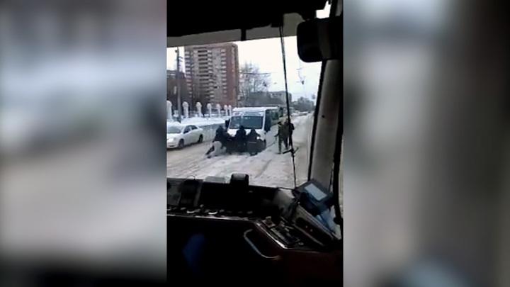 """""""Леща ему"""": пассажиры двигали маршрутку, застрявшую на трамвайных путях"""
