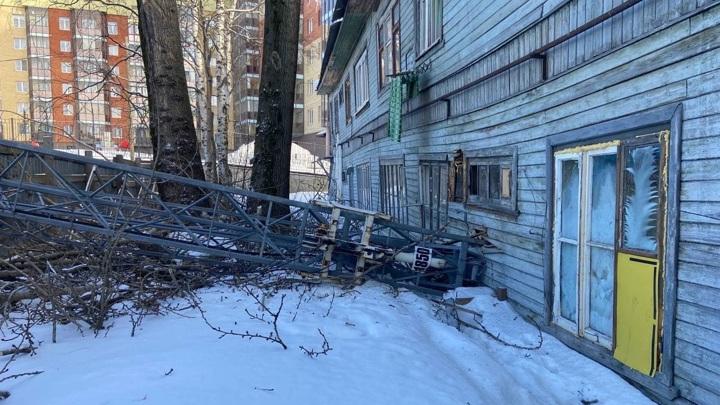 Строительный кран рухнул на жилой дом в Архангельске