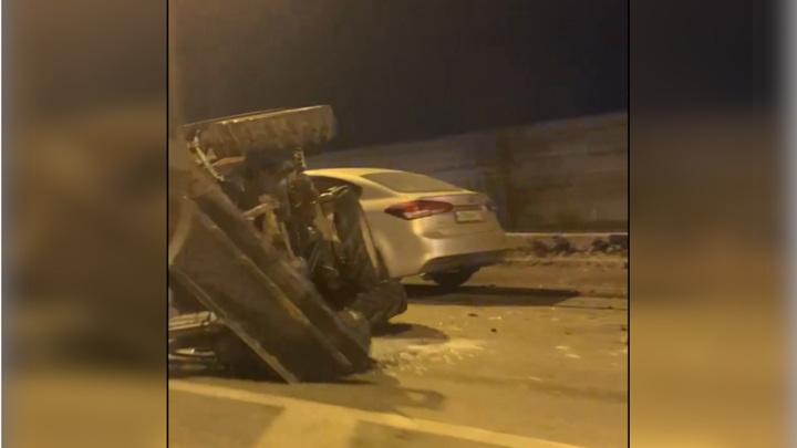 Необычная авария в Питере: трактор не устоял перед легковушкой