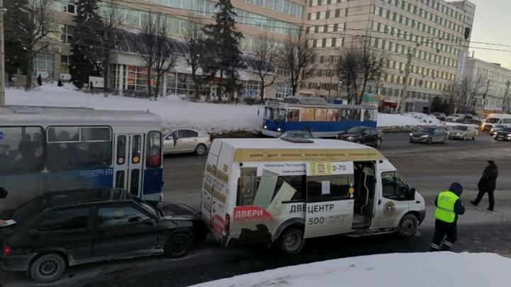 В Чебоксарах ищут угонщика пассажирского автобуса