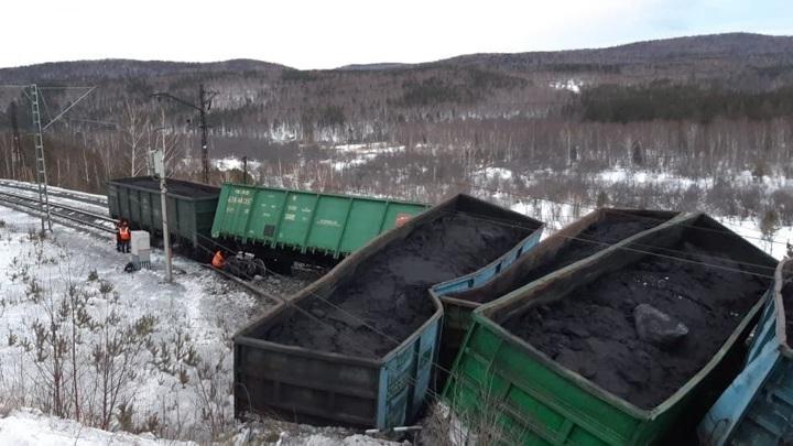 Опрокинувшиеся вагоны парализовали железнодорожное движение в Челябинской области