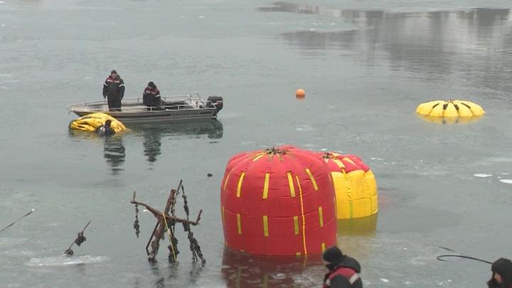 В Авачинской бухте на Камчатке начались работы по подъему затонувших судов