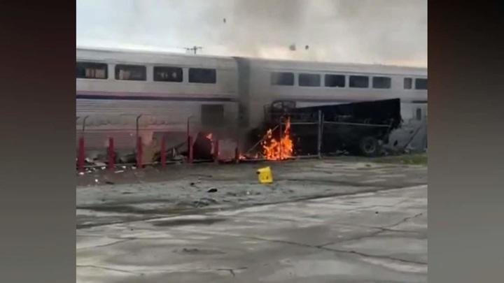 Пассажирский поезд протаранил грузовик в Калифорнии
