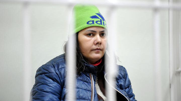 Няню, ходившую с головой ребенка по улице, вышлют из России