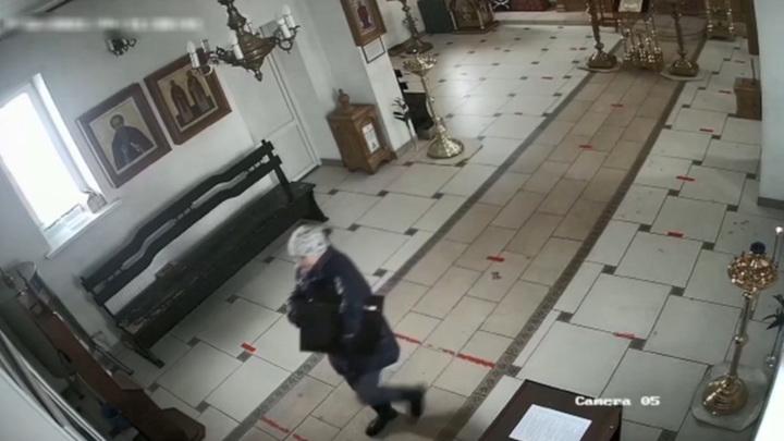 В Смоленске женщина украла из храма мощи. Видео