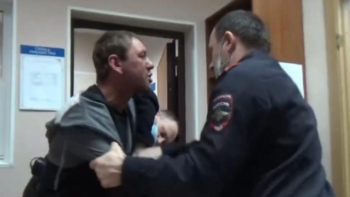 """""""Ты знаешь, кто у меня батя?"""": пьяного дебошира скрутили в аэропорту Барнаула"""