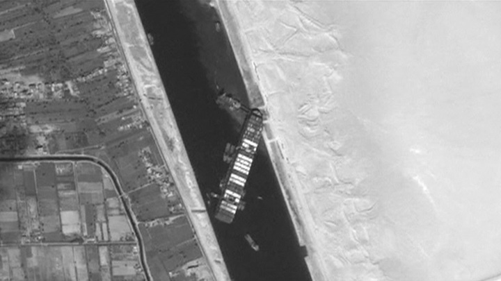 Утром деньги, вечером стулья: Египет не отпускает корабль, блокировавший Суэц